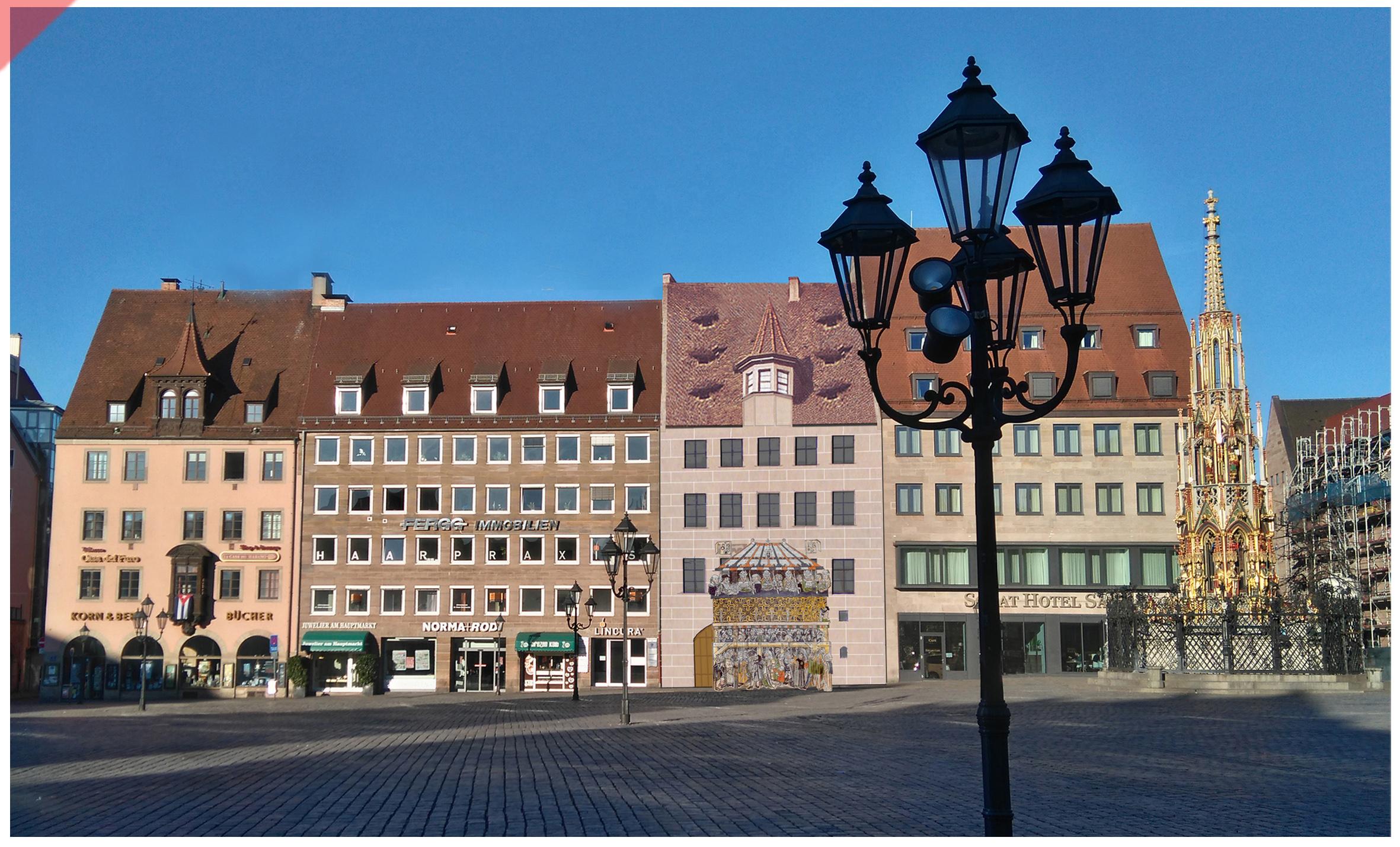 Heiltumsweisung-Nürnberg-Hauptmarkt-15-Schopper-Behaim-1424-1523-Rekonstruktion-Gebäude-3-Gebäudefront-Westseite-Panorama