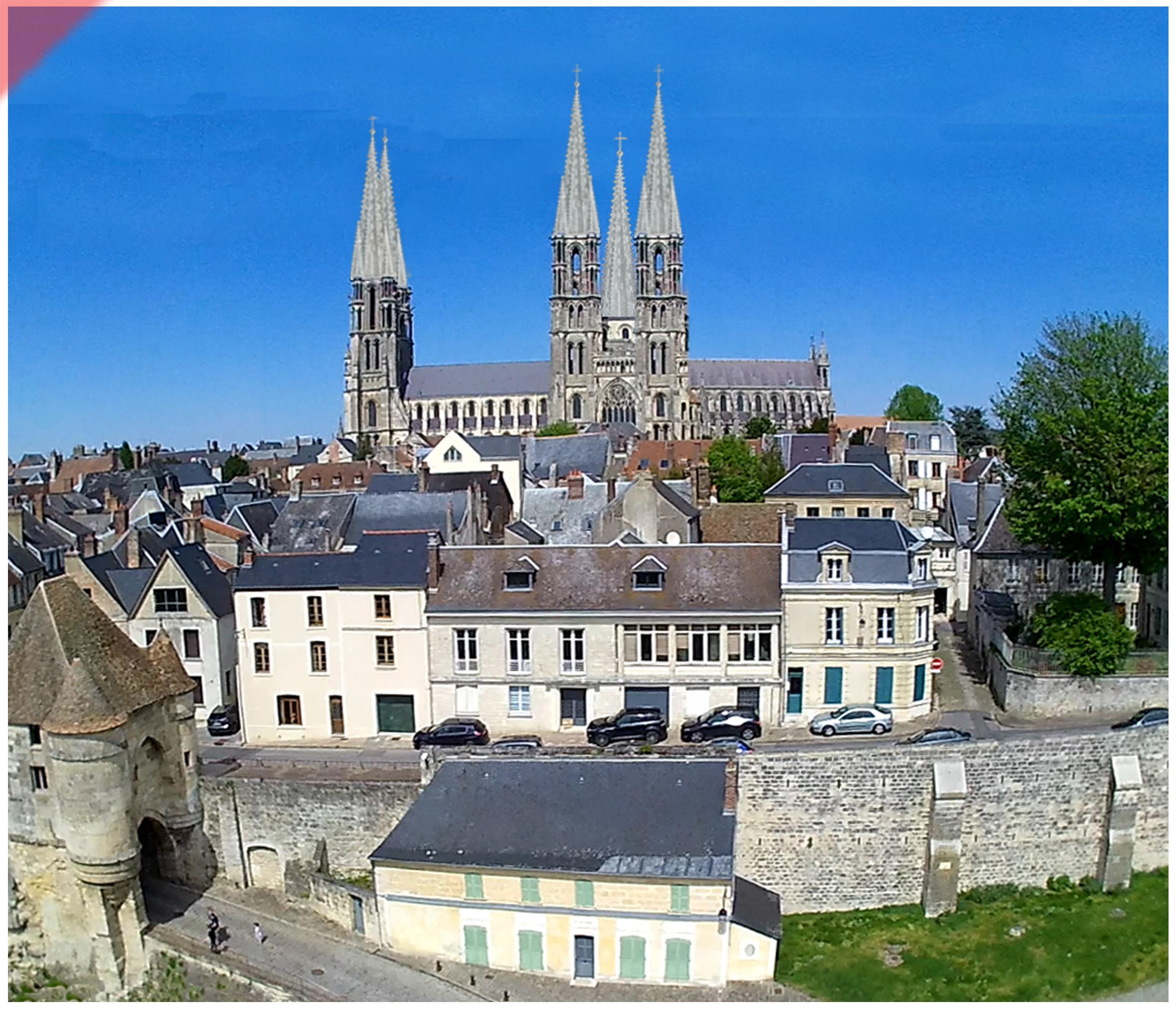 Laon-Cathédrale-vol-drone-2-deux-tours-façade-ouest-tours avant-toits-plane-alors-et-maintenant-Laon-cathedrale-drone-flight-kathedrale-2-two-towers-façade-west-pitched roof-then-and-now