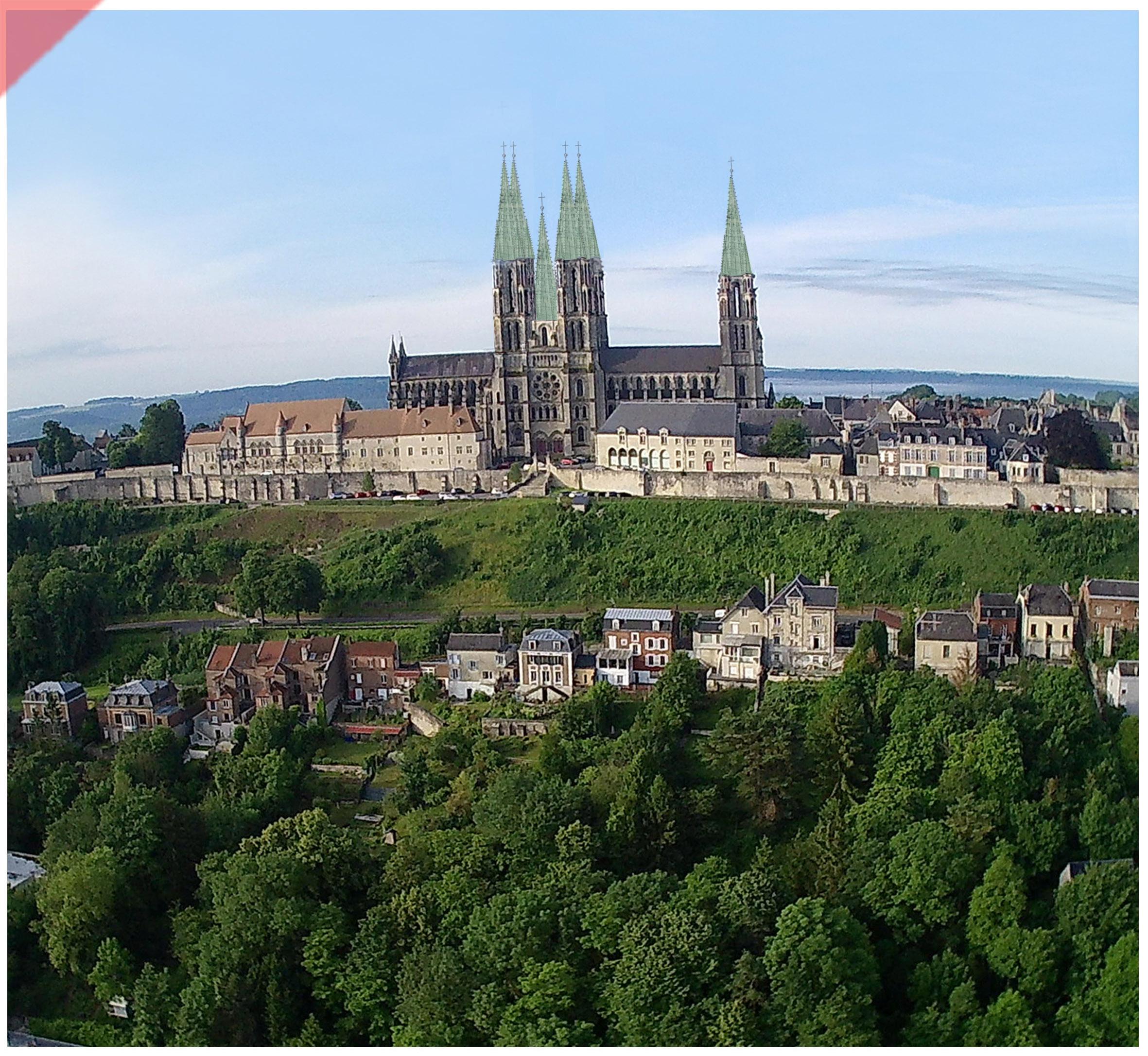 Laon-bleidach-grün-Kathedrale-2-Türme-Tuerme-Spitzdach-flach-Damals-Jetzt-Cathédrale-plomb-vert-vol-drone-2-deux-tours-façade-aériennes-tours avant-toits-plane-alors-et-maintenant-Laon-cathedral-drone-flight-cathedrale-aerial view-green-2-two-towers-façade-west-pitched roof-then-and-now