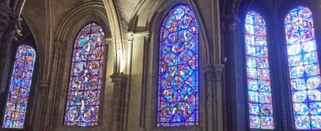 Bourges-Kathedrale-Ansicht-innen-Glasfenster-geplant-gebaut-Damals-Jetzt