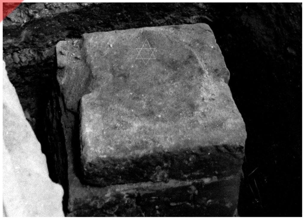 base-of-column-1986-relined-refreshed-davids-star-discovered-found-synagogue-Nuremberg-Hauptmarkt-1349-Pogrom-Fundament-Säule-1986-entdeckt-ausgegraben-Synagoge-Davidsstern-nachgezeichnet-eingemeißelt-original-Nürnberg-Hauptmarkt-1349-Pogrom-Frauenkirche