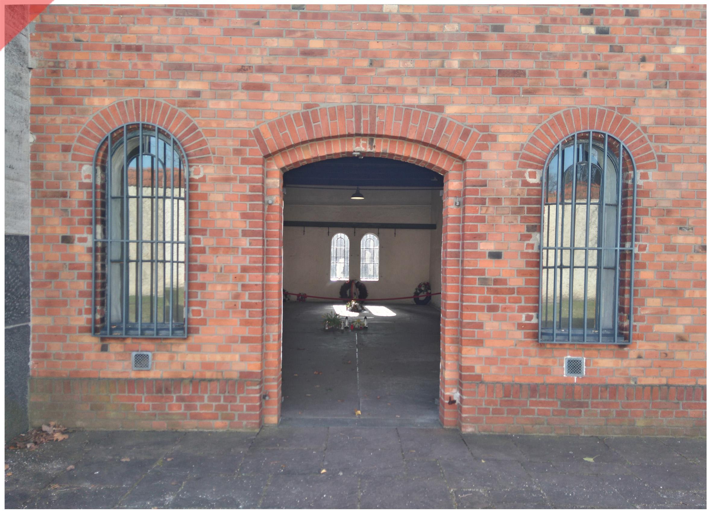 Plötzensee-Ploetzensee-Eingang-Jetzt-Tür-Prison-Gefängnis-Gedenkstätte-Fallbeil-T-Mannhardt-in-color-Brandenburg-Goerden-Görden-Guillotine-Roettger-20th-July-1944-Assassination-Stauffenberg-Plötzensee-entrance-door-now
