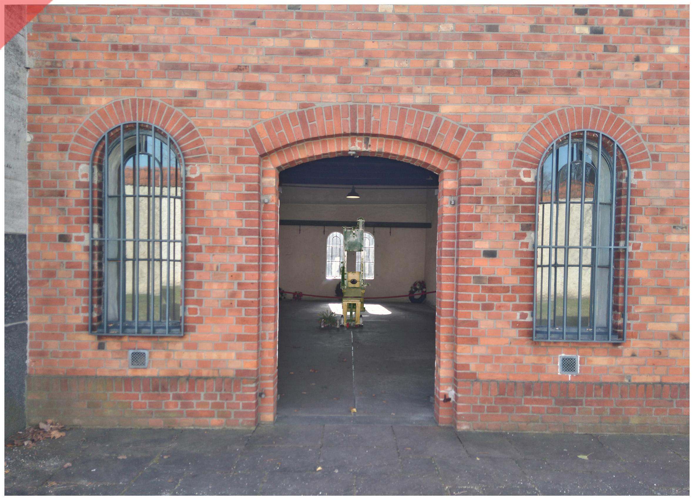 Plötzensee-Ploetzensee-Eingang-Tür-Prison-Gefängnis-Gedenkstätte-Fallbeil-T-Mannhardt-in-color-Brandenburg-Goerden-Görden-Guillotine-Roettger-20th-July-1944-Assassination-Stauffenberg-Plötzensee-entrance-door